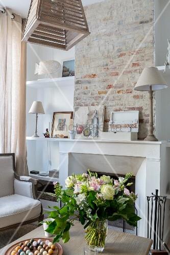 Wohnbereich mit offenem Kamin in renoviertem Stadthaus mit rustikaler Ziegelwand