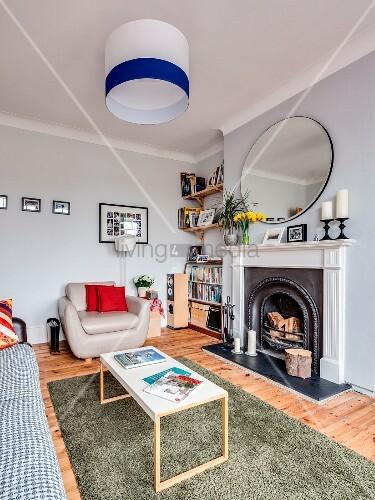 Stilmix im Wohnzimmer mit offenem Kamin