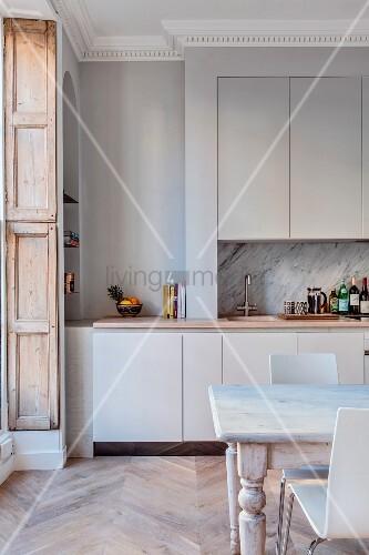 Einbauküche und Esstisch in renovierter Stadtwohnung