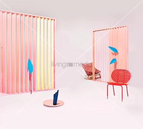 Arrangement verschiedener Gartenmöbel, weißem Sonnenschirm und Accessoires in pastellfarbenem Studio