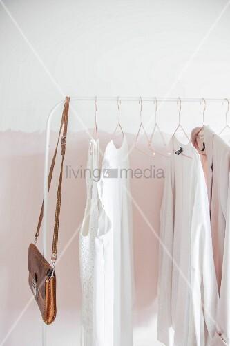 Weisser Kleiderständer mit Damenbekleidung