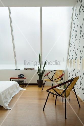 Zwei Retro-Sessel im Schlafzimmer mit blickdichtem Glasdach – Bild ...