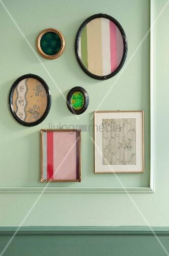 verschiedene bilderrahmen mit biedermeierstoffen an pastellgr ner wand mit zierleisten bild. Black Bedroom Furniture Sets. Home Design Ideas