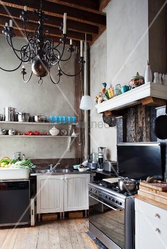 Rustikale Küche mit Gasherd, Spüle und Konsolenregal – Bild kaufen ...