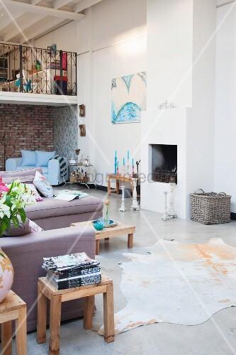 Offener Wohnraum mit Kamin und gemütlichem Loungebereich in Loft
