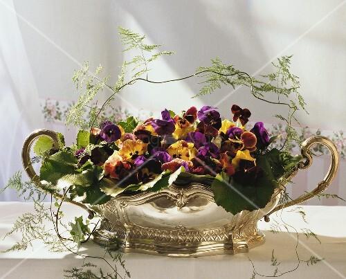 Festliches Blumengesteck mit Stiefmütterchen & Veilchen