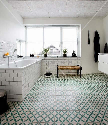 Badewanne und Fenster im Badezimmer mit ... – Bild kaufen ...