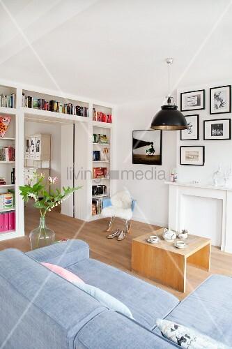 Helles Wohnzimmer mit Bücherwand, Couch und Couchtisch