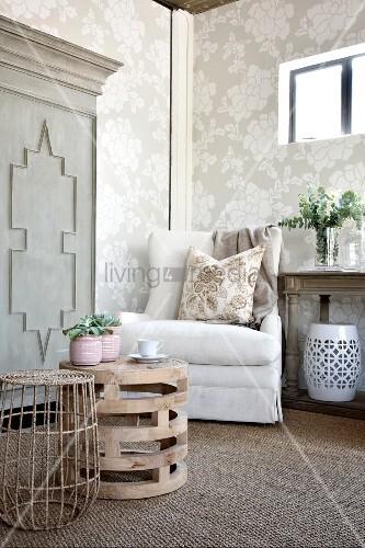 Gemütliche sessel wohnzimmer  Gemütliche Ecke mit Sessel im Wohnzimmer mit Blumentapete – Bild ...