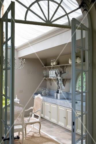 Blick durch offene Sprossentür in eine Küche mit historischem Flair