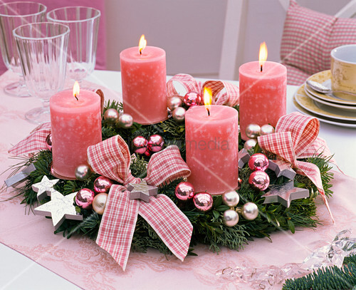 adventskranz aus gemischtem gr n rosa kerzen schleifen. Black Bedroom Furniture Sets. Home Design Ideas