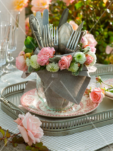besteck in glasvase mit serviette kranz aus rosa rosen bild kaufen living4media. Black Bedroom Furniture Sets. Home Design Ideas