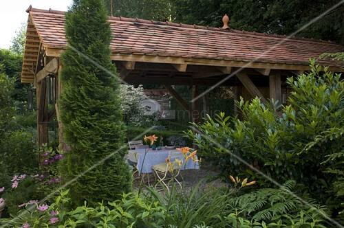 Offenes gartenhaus als berdachte terrasse thuja smaragd lebensbaum bild kaufen - Offenes gartenhaus ...