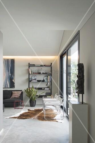 Modernes Wohnzimmer in Grau und Schwarz mit Kuhfellteppich