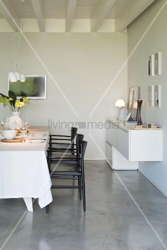 Modernes Esszimmer In Grau, Schwarz Und Weiß Mit Estrich
