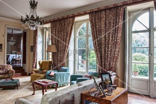 Herrschaftliches Wohnzimmer mit bodentiefen Bogenfenstern