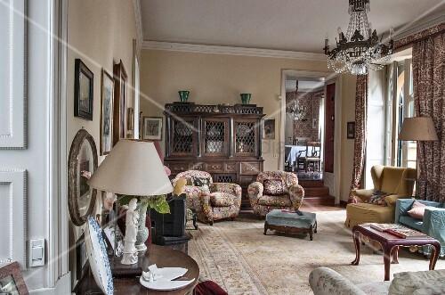 Traditionelles Wohnzimmer mit verschiedenen Sesseln