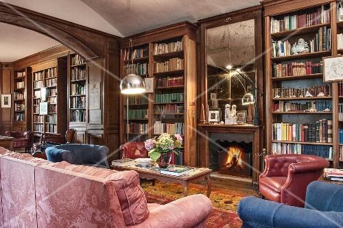 Klassische Bibliothek mit dunklem Holz und tiefen Farben