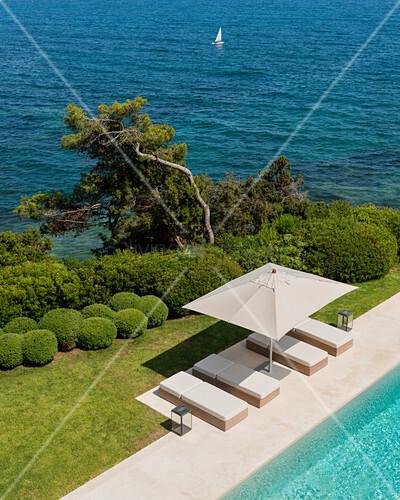 Blick Auf Die Liegen Am Pool Mit Bild Kaufen 12238950