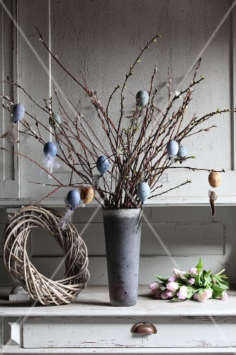 Weidenkätzchen mit DIY-Osterschmuck dekoriert