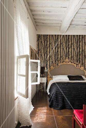 Schlafzimmer mit Balkendecke und … – Bild kaufen – 12242756 ...
