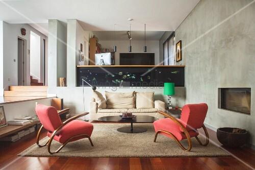Zwei rote Sessel im Wohnraum auf mehreren Ebenen
