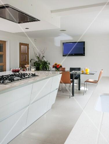 Moderne wei e wohnk che mit kochinsel bild kaufen for Wohnkuche mit kochinsel