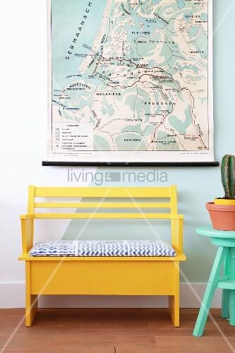 Gelbe Bank unter einer Landkarte