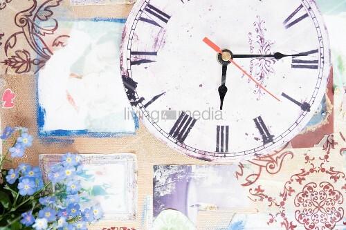 Vergissmeinnicht auf einer Kollage mit Ziffernblatt und Uhr