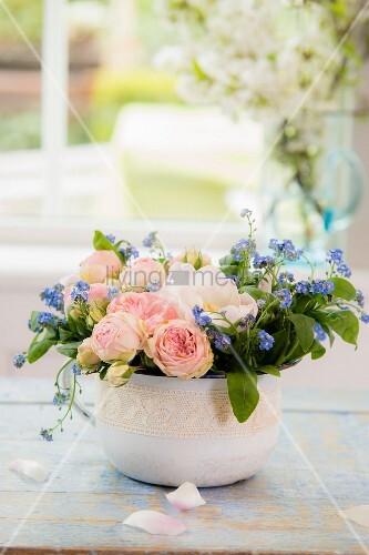 Flacher Frühlingsstrauß mit Vergissmeinnicht und Rosen