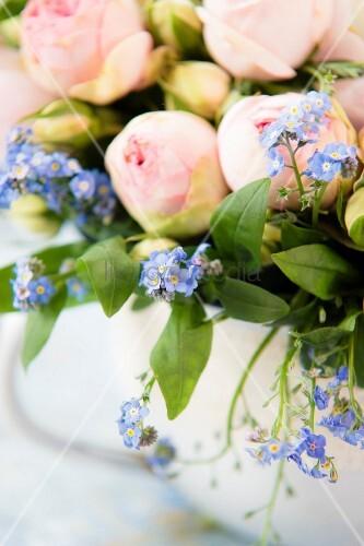 Detail eines Blumenstraußes mit Rosen und Vergissmeinnicht