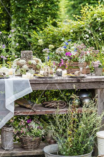 Mit Wildblumen gedeckter Tisch im Garten