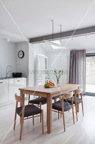 Stühle und Esstisch aus Holz im skandinavischen Stil in der Küche