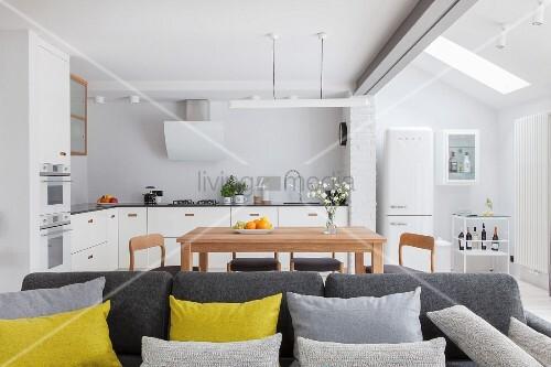 Heller, offener Wohnraum im skandinavischen Stil