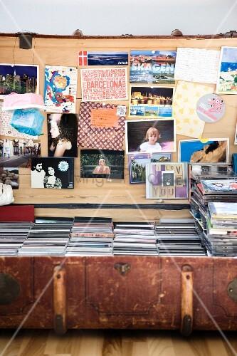 Alter Koffer mit Postkarten, Fotos und einer CD-Sammlung