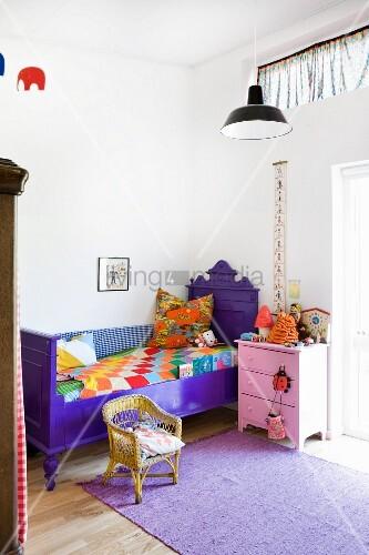 Violett Gestrichenes Antikes Bett Im Kinderzimmer Rosa Nachttisch