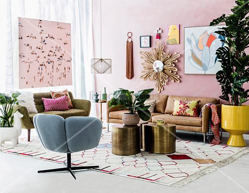 Wohnzimmer im Retro Stil mit rosa Wand und verschiedener Wanddekoration