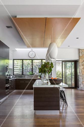 Moderne offene Küche mit dunklen ... – Bild kaufen ...