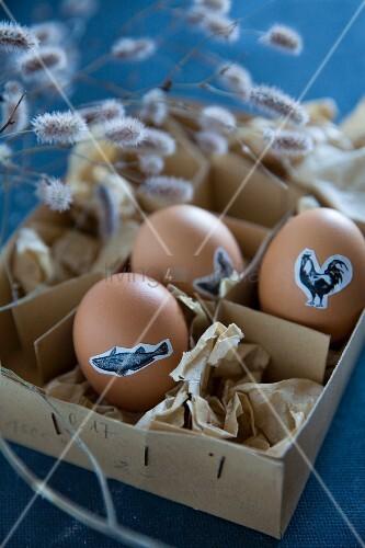 Ostereier mit Tiermotiven beklebt in Vintage Pappschachtel