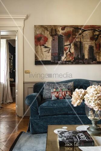 Elegantes Wohnzimmer mit Durchgang zum nächsten Wohnraum