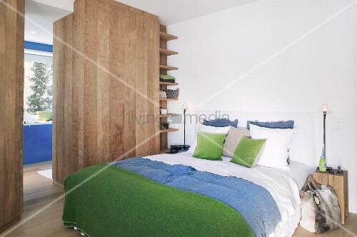 Viel Holz im alpinen Schlafzimmer mit Blau und Grün