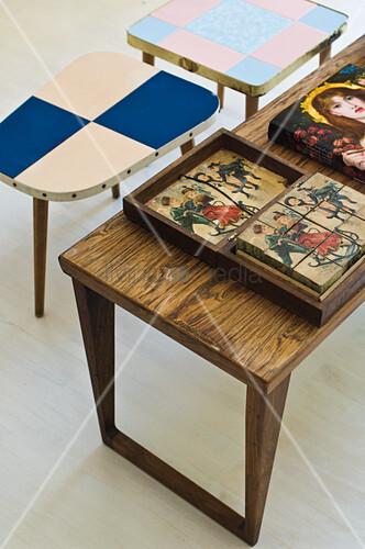 Holzbilder auf Holztisch und Retro Coffeetable