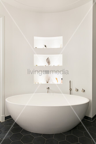 ovale freistehende badewanne vor bild kaufen 12306330 living4media. Black Bedroom Furniture Sets. Home Design Ideas