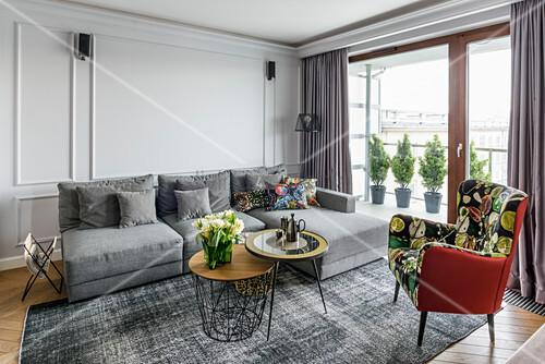 Elegantes Wohnzimmer in Grautönen mit Kassettenwand