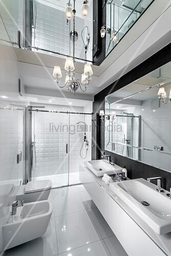 Luxuriöses Bad mit verspiegelter Decke und hochglänzenden Fliesen
