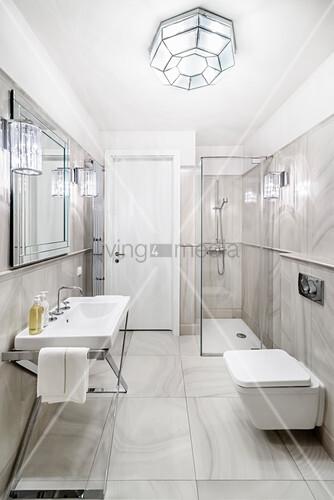 Luxuriöses Bad mit Marmorfliesen