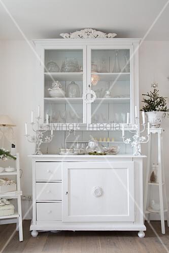 Alter Geschirrschrank mit Deko ganz in Weiß
