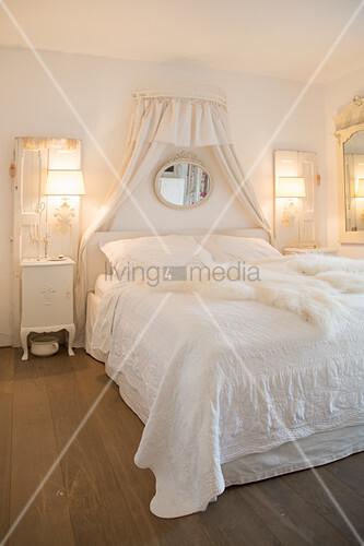 Nostalgisches Schlafzimmer ganz in Weiß