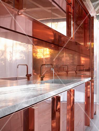 Küche in Kupfer mit Marmor-Arbeitsplatte