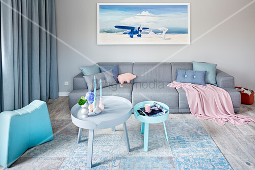 Modernes Wohnzimmer in Blau, Grau und Rosa